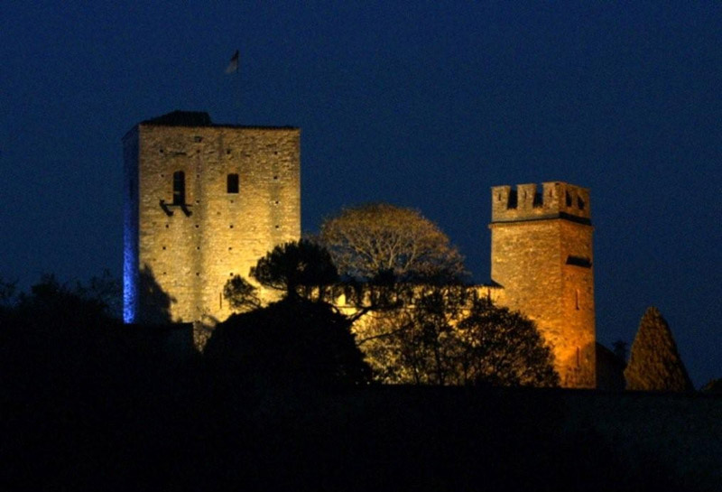 Castello di Gropparello by night